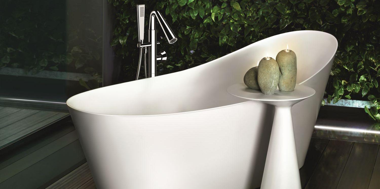 Badewannen Armatur von Gessi neben freistehender Badewanne