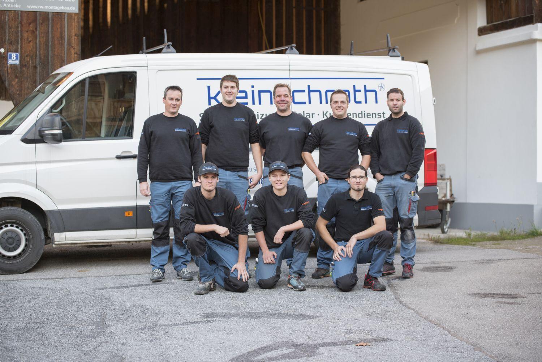 Gruppenbild Mitarbeiter der Installationsfirma Timo Kleinschroth, Schleching, vor Kleintransporter