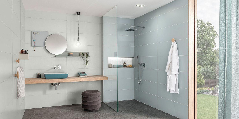 Modernes Bad mit ebenerdiger Dusche, Fliesen und Objekte von Villeroy & Boch