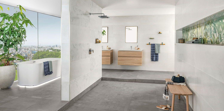 Großes Bad mit ebenerdiger Dusche, Wanne und Panoramablick durch große Glasfenster, Fliesen und Objekte von Villeroy & Boch